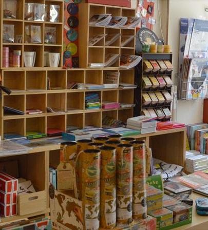 Boekhandel De Wijde Wereld De Wijde Wereld is onze zusterboekhandel in Groningen. Buiten allerlei moois hebben ze een ruim aanbod aan lesbische literatuur.